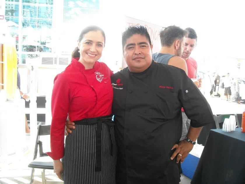 La chef Ana Saldaña, conductora de un programa gastronómico del Canal 22 de México posa junto a Mario Medina, del restaurante Bernini's Bistro en La Jolla, ganador del Premio a la Mejor Comida.América Barceló Feldman