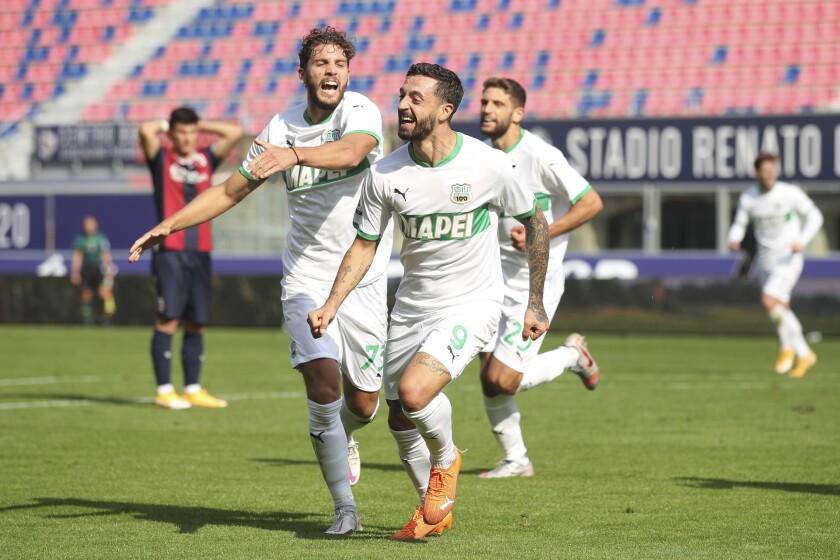 Francesco Caputo celebra con su compañero Manuel Locatelli (izquierda) tras anotar un gol para Sassuolo en el partido contra Bologna contra la Serie A italiana, el domingo 18 de octubre de 2020. (Filippo Rubin/LaPresse vía AP)