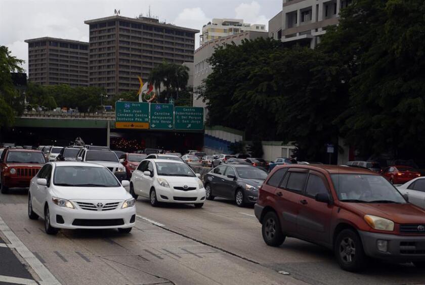 El Departamento de Transportación y Obras Públicas (DTOP) de Puerto Rico anunció hoy que los conductores podrán renovar sus licencias de conducir categoría 3 a través del internet algo de lo que se beneficiarán alrededor de 2,3 millones de conductores. EFE/ARCHIVO