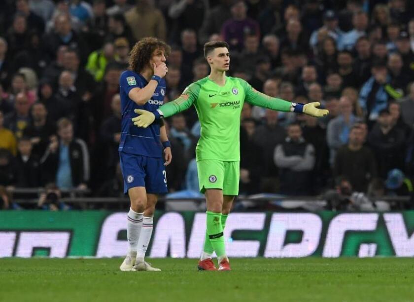 El portero del Chelsea Kepa Arrizabalaga (d) dialoga con su compañero David Luiz mientras muestra su disconformidad por un cambio que pedía su entrenador y que al final no se realizó durante el partido Chelsea FC - Manchester City jugado en Wembley, Londres. EFE/EPA