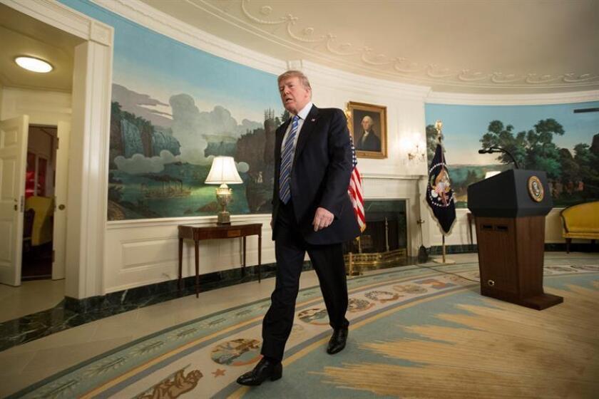 """El presidente de los Estados Unidos, Donald Trump, tras ofrecer un discurso sobre el """"trágico tiroteo"""" de Parkland (Florida), en el que murieron 17 personas, en la Casa Blanca en Washington, Estados Unidos, hoy, 15 de febrero de 2018. EFE"""
