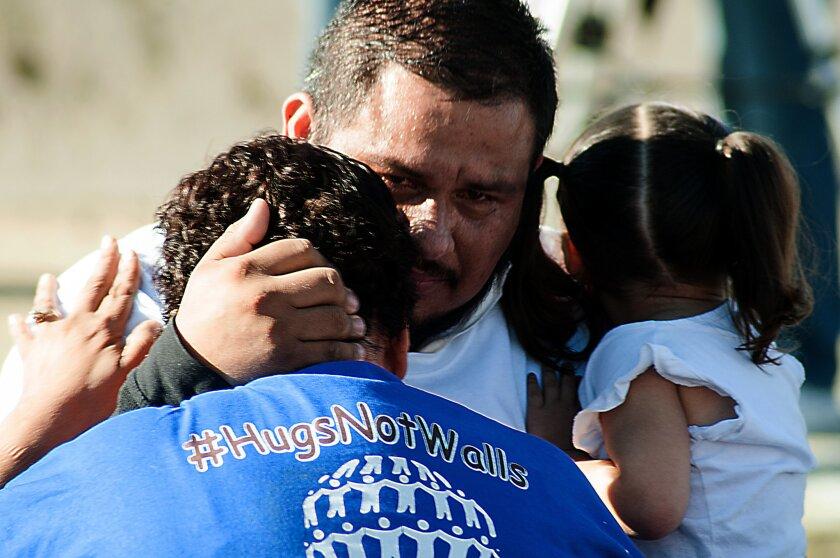 Familias separadas por la frontera entre los Estados Unidos y México se encuentran hoy, sábado 29 de octubre de 2016, en El Paso (TX, EE.UU.). Por segunda ocasión en menos de tres meses, familias separadas por la frontera entre los Estados Unidos y México pudieron abrazarse hoy durante tres minutos en las inmediaciones del Río Grande (Bravo). EFE/ Alberto Ponce de León