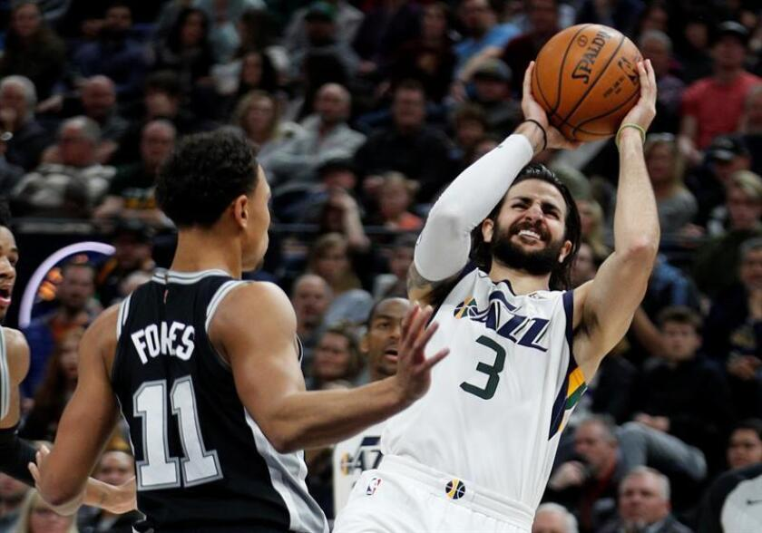 El jugador Ricky Rubio (d) Utah Jazz en acción ante Bryn Forbes de San Antonio Spurs, durante un partido entre Utah Jazz y San Antonio Spurs de la NBA, que se disputó en el Energy Solutions Arena, en Salt Lake City, Utah (Estados Unidos). EFE
