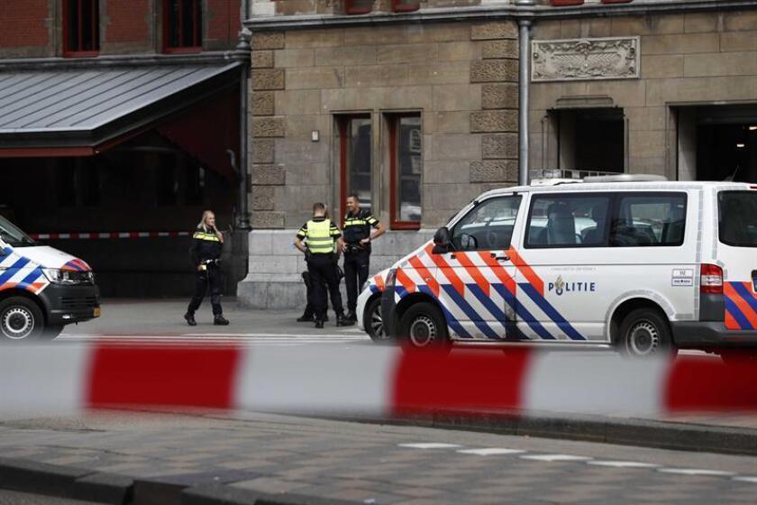 Varios policías montan guardia en la Estación Central de trenes en Amsterdam, Holanda, el pasado 31 de agosto de 2018. EFE