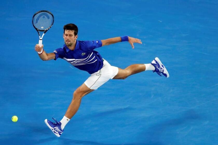 El tenista galo Jo-Wilfried Tsonga saca la bola ante el serbio Novak Djokovic este jueves durante su partido de segunda ronda del Abierto de Australia de tenis, en Melbourne. EFE