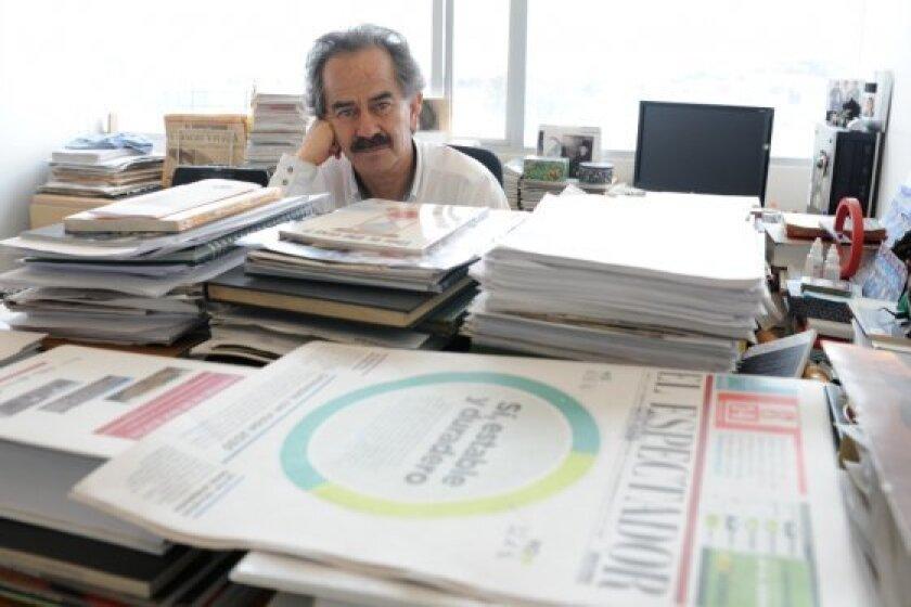 """El director del periódico colombiano El Espectador, Jorge Cardona, dijo hoy que, desde el punto de vista pedagógico, el periodista tiene la obligación de """"leer kilómetros para escribir milímetros y no al contrario""""."""