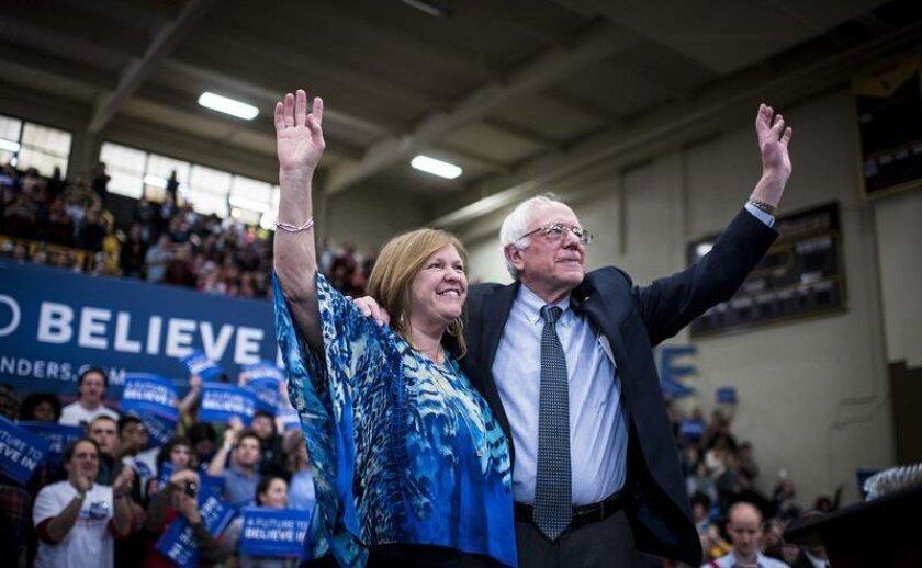 Fotografía cedida hoy, viernes 26 de febrero de 2016, del precandidato demócrata a la Presidencia de Estados Unidos, el senador Bernie Sanders, junto a su esposa Jane durante un acto electoral en Cleveland, Ohio (EE.UU.) este 25 de febrero de 2016.