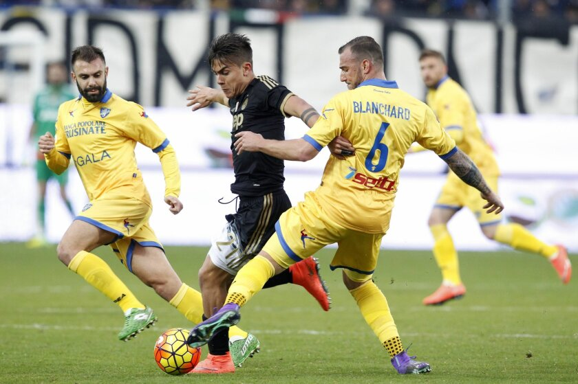 Juventus' Paulo Dybala, center, is challenged by Frosinone's Paolo Sammarco, left, and Leonardo Blanchard during a Serie A soccer match between Frosinone and Juventus, at Frosinone's Comunale stadium, Sunday, Feb. 7, 2016. (AP Photo/Riccardo De Luca)