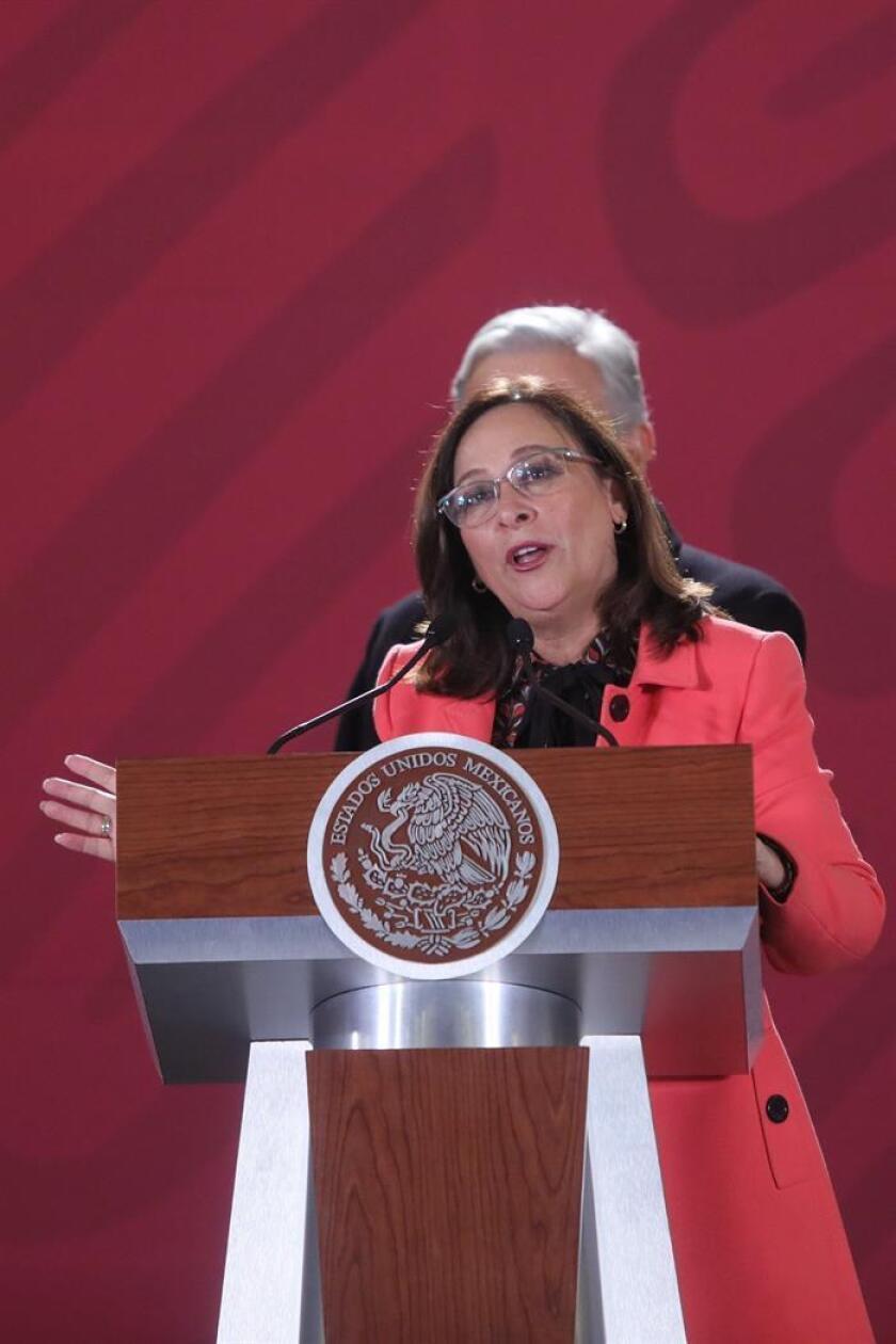 La secretaria mexicana de Energía, Rocío Nahle, habla este viernes durante una rueda de prensa en el Palacio Nacional, en Ciudad de México (México). EFE