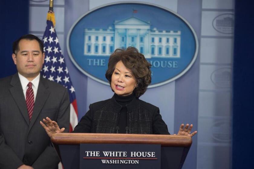 El subsecretario de Política del Departamento de Transporte de los Estados Unidos, Derek Kan (i), y la secretaria de Transporte, Elaine Chao (d), participan en una conferencia de prensa. EFE/Archivo