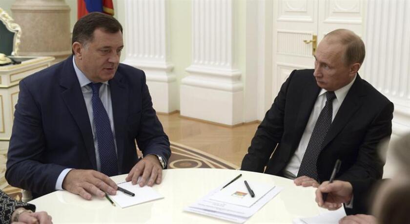 El Departamento del Tesoro anunció hoy sanciones contra el Milorad Dodik (i), presidente de una de las dos entidades que conforman Bosnia y Herzegovina, por obstaculizar los esfuerzos para aplicar los Acuerdos de paz de Dayton con los que se puso fin a la guerra hace dos décadas. EFE/Alexey Nikolsky /Ria Novosti