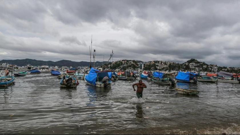 Pescadores resguardan sus embarcaciones hoy, jueves 14 de junio de 2018, en municipios cercanos a la costa de Acapulco, en el estado de Guerrero (México). EFE