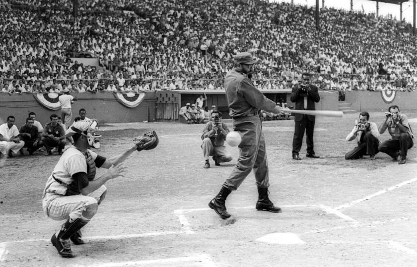 Fidel Castro batea en el partido de inauguración del campeonato de béisbol de aficionados en La Habana, en 1963.