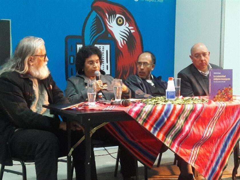 """Fotografía tomada el 5 de agosto de 2017, de la escritora mexicana Fabiola Escárzaga (2a.izq.), acompañada por los bolivianos Luis Tapia (izq.), José Luis Saavedra (2o. a la der.) y José Antonio Quiroga (der.), durante la presentación del libro """"Comunidad Indígena Insurgente"""" en la Feria Internacional del Libro de La Paz (Bolivia). EFE"""