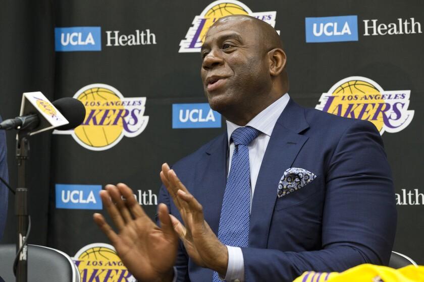 """El presidente de operaciones de los Lakers de Los Angeles, Earvin """"Magic"""" Johnson, habla en conferencia de prensa en El Segundo, California, martes 26 de junio de 2018. (AP Foto/Damian Dovarganes)"""