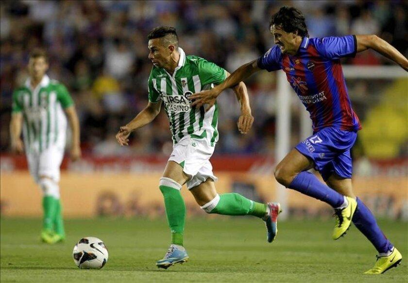 El delantero del Betis Rubén Castro (i) y el defensa del Levante Héctor Rodas durante el partido de la última jornada de Liga de Primera División disputado  en el estadio Ciutat de Valencia. EFE