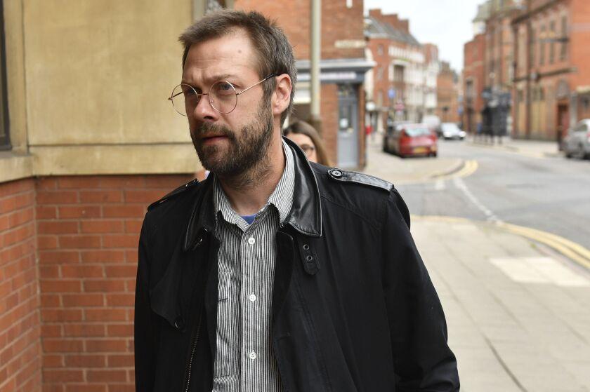 Tom Meighan, ex vocalista de la banda de rock Kasabian, llega a la corte de magistrados de Leicester Magistrates, en Leicester, Inglaterra el martes 7 de julio de 2020. Meighan fue sentenciado a 200 horas de trabajo no remunerado por agredir a sus ex prometida. (Jacob King/PA via AP)