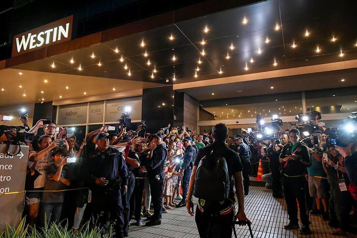 Cientos de aficionados de Panamá recibieron al Tricon cánticos interminables en su hotel de concentración.