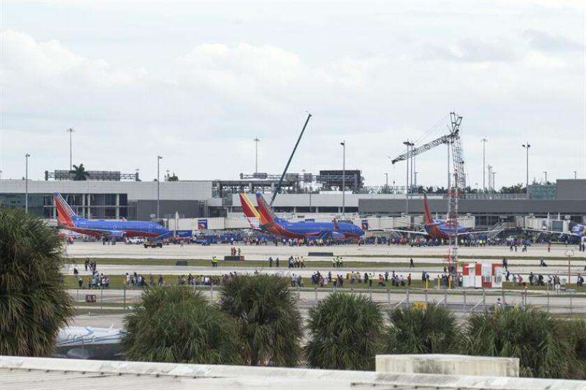 Cientos de personas se encuentran en la pista de aterrizaje del aeropuerto de Fort Lauderdale, Florida, después de que al menos cinco personas murieran el pasado 6 de enero de 2017, en un tiroteo en el Aeropuerto Internacional. Scott Israel, alguacil del condado de Broward (EE.UU.). EFE/Archivo