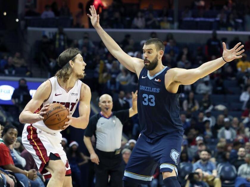Marc Gasol (d) de Memphis Grizzlies defiende ante Kelly Olynyk (i) de Miami Heat en un juego de la NBA. EFE/Archivo
