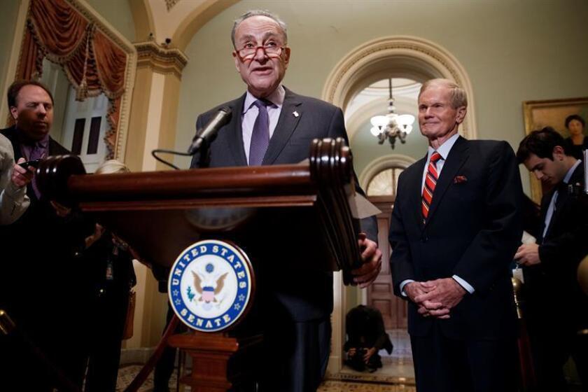 El líder de la Minoría del Senado Chuck Schumer (i) ofrece una rueda de prensa junto al senador demócrata de Florida Bill Nelson. EFE/Archivo