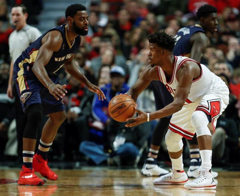 El jugador de Bulls Jimmy Butler (d) ante Tyreke Evans (i) de Pelicans hoy, sábado 14 de enero de 2017, durante un partido de la NBA, en el United Center de Chicago, Illinois (EE.UU.). EFE