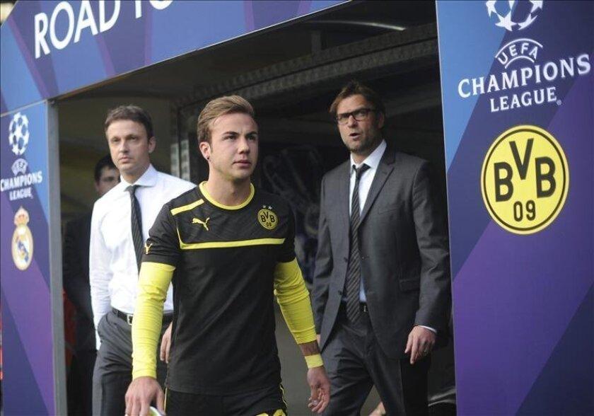 El delantero del Borussia Dortmund, Mario Götze (c) y su entrenador Jürgen Klopp (d) antes del partido de ida de las semifinales. EFE/Archivo