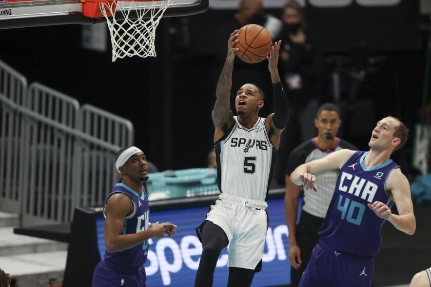 El base de los Spurs de San Antonio, Dejounte Murray, trata de encestar durante el partido de la NBA
