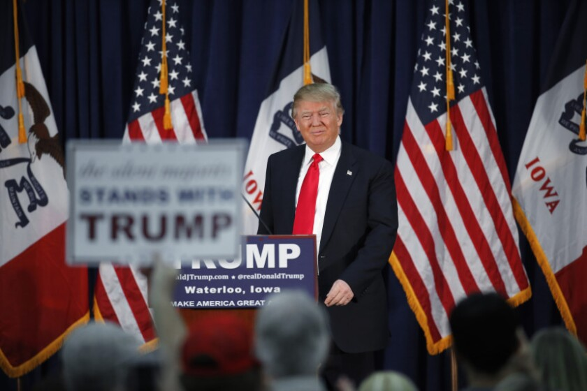 El aspirante presidencial republicano Donald Trump habla en un acto de campaña en Waerloo, Iowa, el lunes, 1 de febrero del 2016.