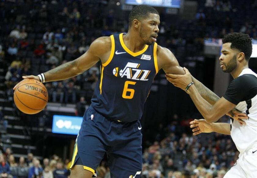 Andrew Harrison (d) de Memphis Grizzlies disputa el balón con Joe Johnson (i) de Utah Jazz, durante un partido de la NBA disputado en el FedEx Forum de la ciudad de Memphis, Tennessee (EE.UU.). EFE