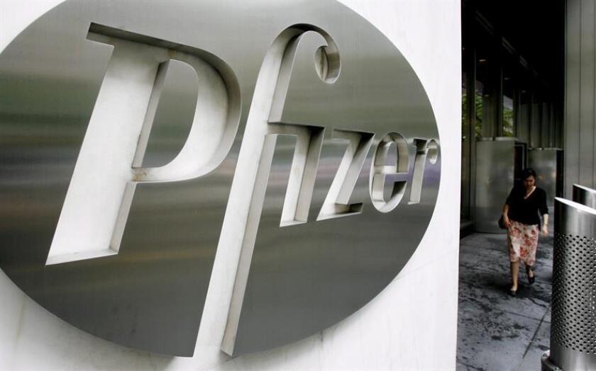 Foto de archivo del logo de la empresa estadounidense Pfizer en la sede mundial de la compañía en Nueva York (Estados Unidos). EFE/Archivo