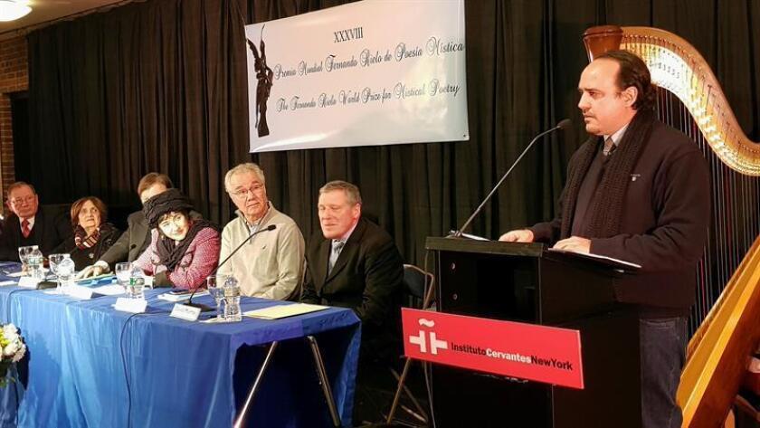 El español afincado en Medellín Antonio Martín de las Mulas Baeza (d) ha sido galardonado hoy con el 38? Premio Mundial de Poesía Mística Fernando Rielo, en un acto celebrado en la sede del Instituto Cervantes de Nueva York. EFE