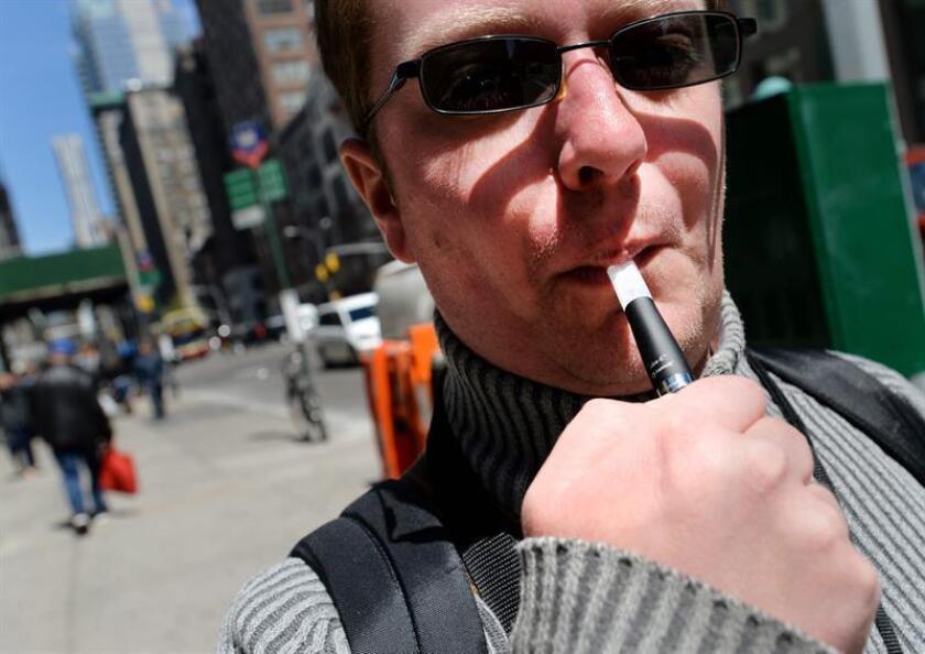 Un hombre fuma un cigarrillo electrónico en Nueva York (EE.UU.). EFE/Justine Lane/Archivo