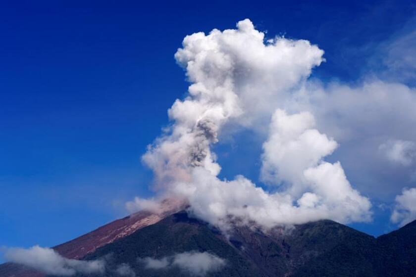 El volcán de Fuego emite el lunes 11 de junio de 2018, una erupción de vapor y ceniza visto desde su cara en la población de Alotenango (Guatemala). EFE