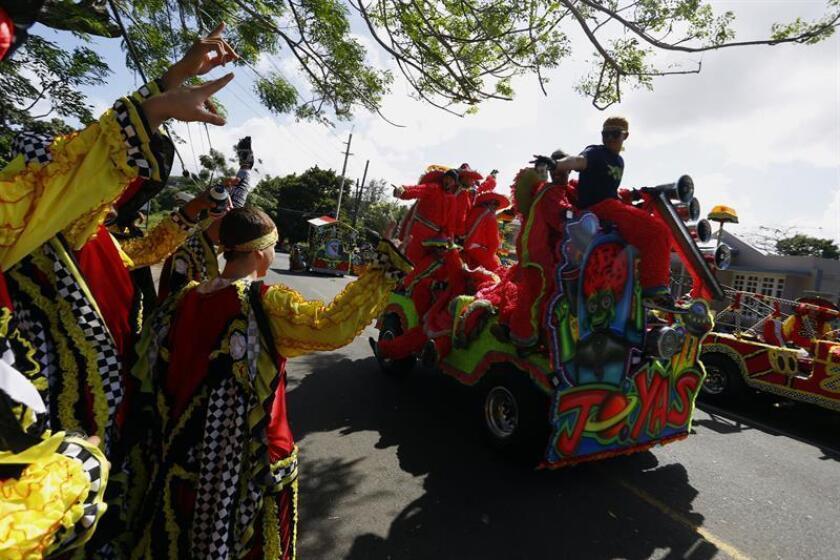 Varias personas participan hoy, miércoles 28 de diciembre 2016, en el Festival de las Máscaras de Hatillo, municipio de la costa noroeste de Puerto Rico. Todos los 28 de diciembre en Hatillo se celebra el Festival de las Máscaras, una de las actividades más tradicionales de la isla que destaca por su colorido y que se remonta a 1823, cuando fue introducido por emigrantes canarios. Las máscaras representan la persecución de los niños por los soldados por Herodes. EFE