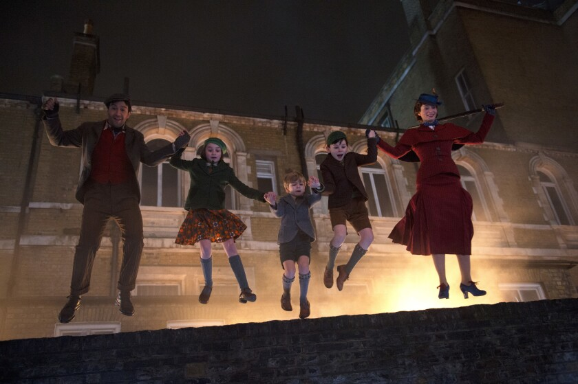 Lin-Manuel Miranda, Pixie Davies, Joel Dawson, Nathanael Saleh y Emily Blunt en Mary Poppins Returns de Disney.