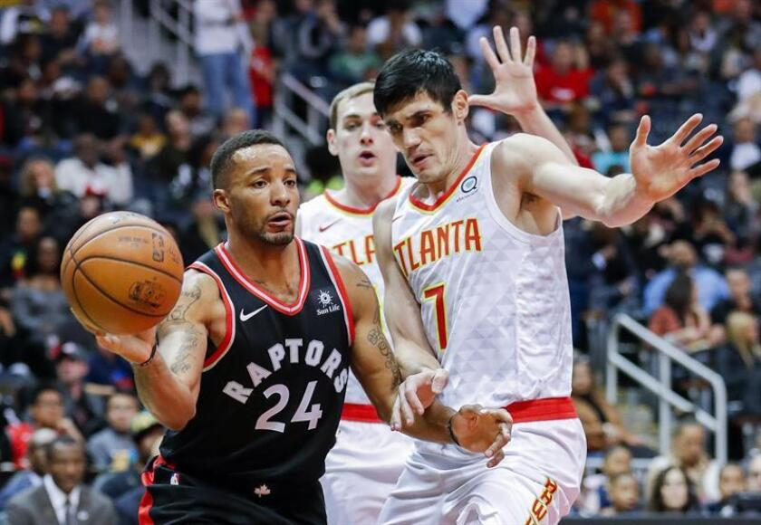 Toronto Raptors forward Norman Powell (L) in action against Atlanta Hawks forward Ersan Ilyasova (R) of Turkey during the first half of the NBA basketball game between the Toronto Raptors and the Atlanta Hawks at Philips Arena in Atlanta, Georgia, USA, 25 November 2017. EFE