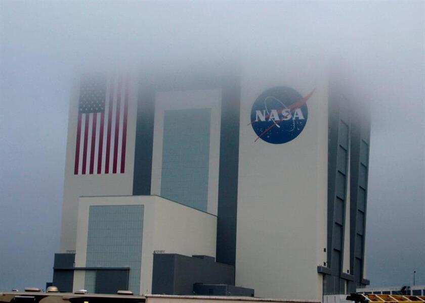 Vista del edificio de Ensamblaje de Vehículos del Centro Espacial Kennedy entre una espesa niebla en Cabo Cañaveral, Florida (Estados Unidos). EFE/Archivo