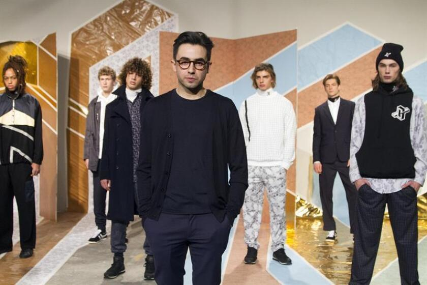 El arquitecto y diseñador mexicano Carlos García Vélez (c.) posa junto a sus modelos este martes 31 de enero de 2017, con su colección de prendas de invierno que fue presentada hoy, durante el segundo día de la Semana de la Moda Masculina en Nueva York. EFE