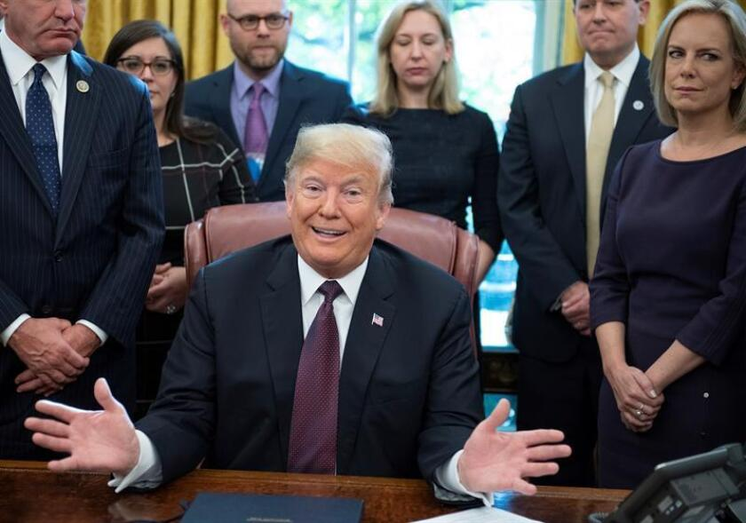 El presidente estadounidense, Donald Trump, ofrece declaraciones a los medios en el Despacho Oval de la Casa Blanca, Washington D.C (Estados Unidos) hoy, 16 de noviembre del 2018. EFE/POOL