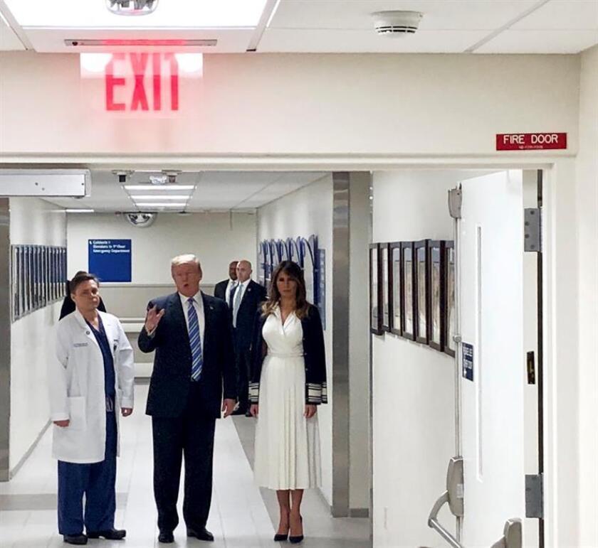El presidente de EE.UU., Donald Trump, realizó una visita sorpresa a un hospital de Florida donde están internados los sobrevivientes del tiroteo en la secundaria Marjory Stoneman Douglas, en el que murieron 17 personas, y luego sostuvo un encuentro con los agentes que respondieron al ataque. EFE/EPA/POOL