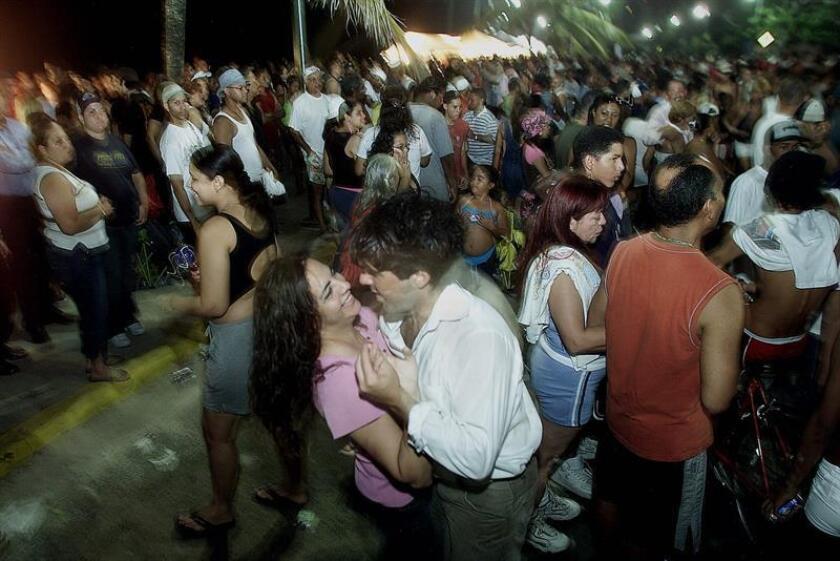 """La alcaldesa de San Juan, Carmen Yulín Cruz, exhortó a todos los ciudadanos que celebrarán hoy la tradicional noche de San Juan a tomar medidas de seguridad para proteger a los niños y limitar el uso del alcohol para evitar """"situaciones lamentables"""". EFE/ARCHIVO"""