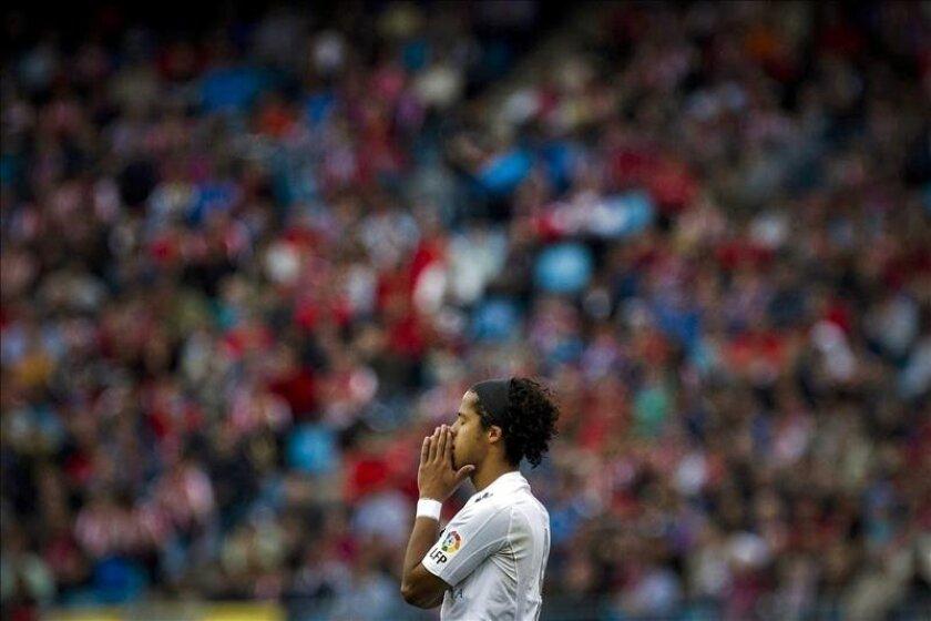 El delantero mexicano del Mallorca, Giovani dos Santos, se lleva las manos a la cabeza durante el partido de la jornada trigésima séptima de liga disputado el domingo pasado en el Vicente Calderón. EFE/Archivo