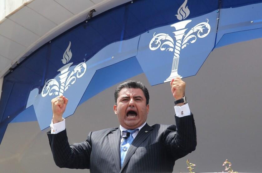 Fotografía de archivo fechada el 9 agosto de 2015, muestra al líder de la Iglesia Luz del Mundo, Naasón Joquín García, mientras oficia una misa en la ciudad de Guadalajara, en el estado de Jalisco (México). EFE/STR