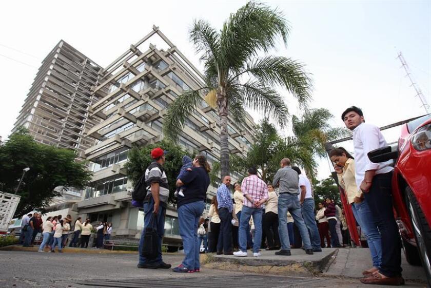 Miles de personas evacuan edificios luego del sismo de 6 grados en la escala de Richter que se sintió en la zona metropolitana de Jalisco. EFE/Archivo