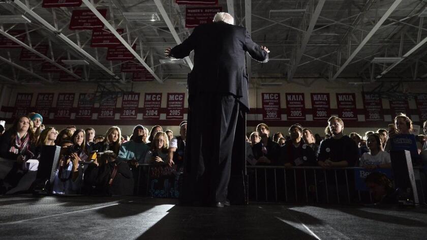 El aspirante demócrata Sanders, que propone una nueva forma de hacer política y ha conectado con los jóvenes, también conseguiría movilizar a personas que nunca han debatido en las asambleas políticas de Iowa y obtiene un apoyo del 49 % frente al 46 % de la candidata Hillary Clinton.