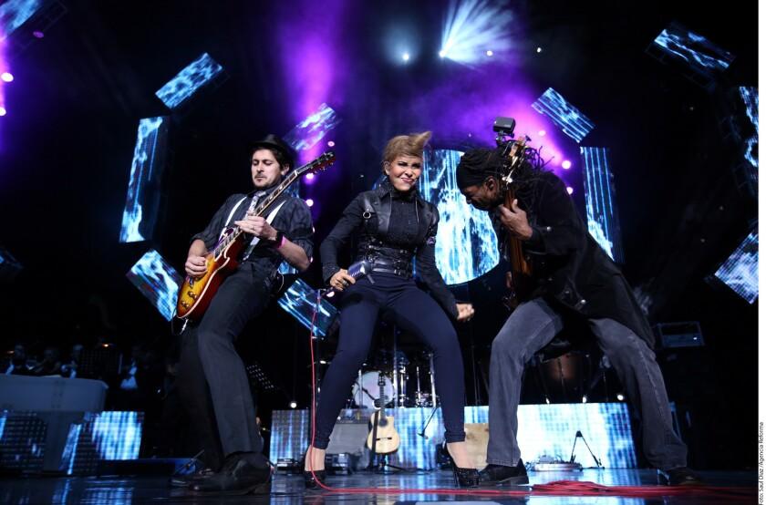 Lejos quedaron los años en que Gloria Trevi salía a cantar con jeans deslavados, pues en su concierto de anoche deslumbró con la elegancia de Mr. Trevi, Mrs. Gloria y Gloria Trevi.