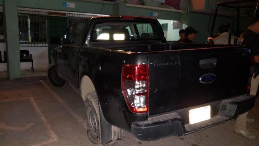Fotografía de un vehículo afuera de la Alcaldía de Atenango del Río que fue atacada por un grupo armado hoy, domingo 30 de septiembre de 2018, en el estado de Guerrero (México). EFE/STR