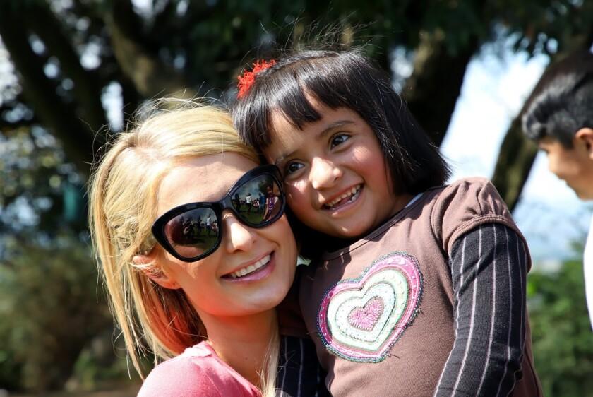 Paris Hilton visitó la comunidad mazahua Cerro Grande y realizó varias actividades con los niños.