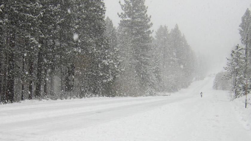 Un peatón camina en la nieve en Ski Run Boulevard en South Lake Tahoe, California, el martes, 10 de noviembre de 2015.
